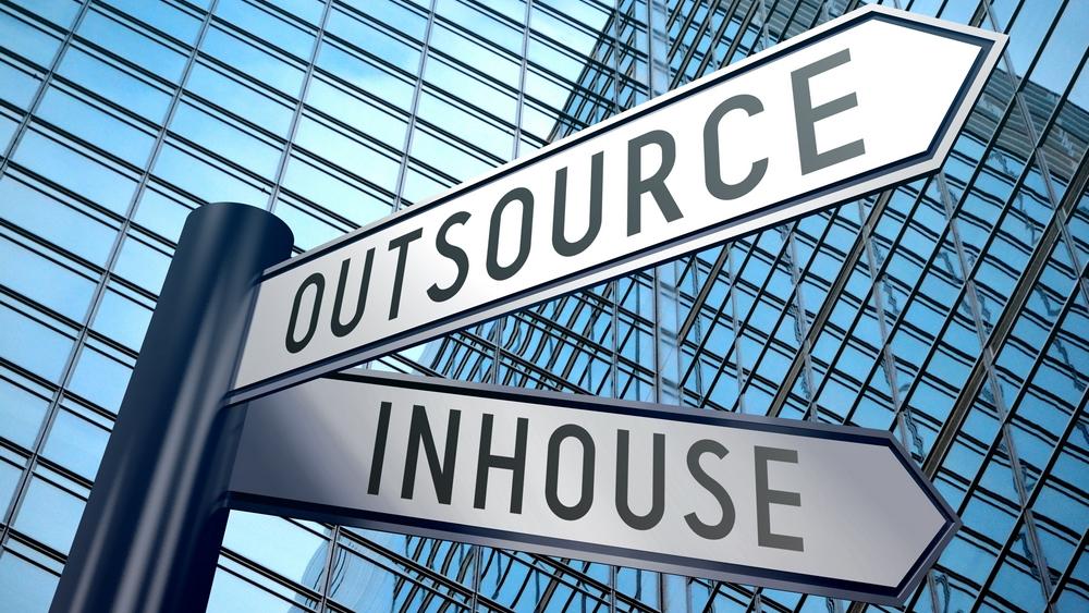 Gateskilt med tekst Outsourcing + inhouse